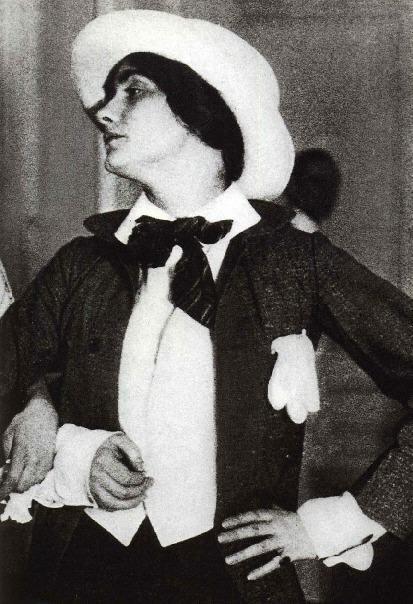 4-CC-1912-Coco Chanel en 1912, vestida para asistir a una gala con el curioso traje de un paje de bodas de provincias