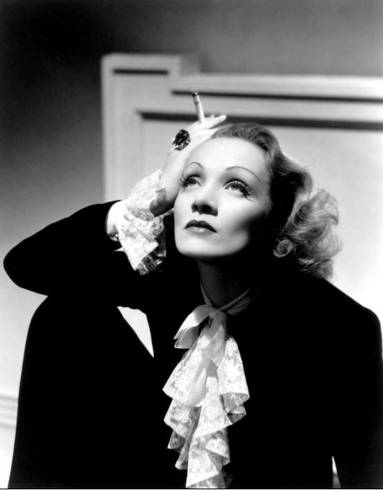 7-MD-CB37P-Marlene Dietrich traje masculino con chorrera de encaje dieciochesca por Cecil Beaton (Angel) 1937